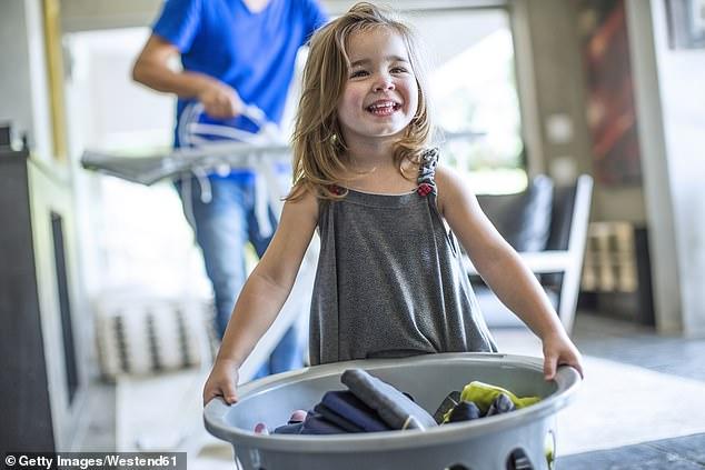 أم استرالية تبتكر طريقة لتشجيع على الأعمال المنزلية في الحجر المنزلى  (2)