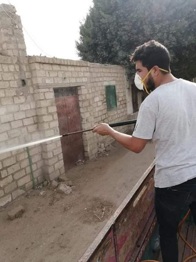 أهالى قرية بنى خالد بسمالوط يعقمون ويطهرون الشوارع  لمواجهة كورونا (1)