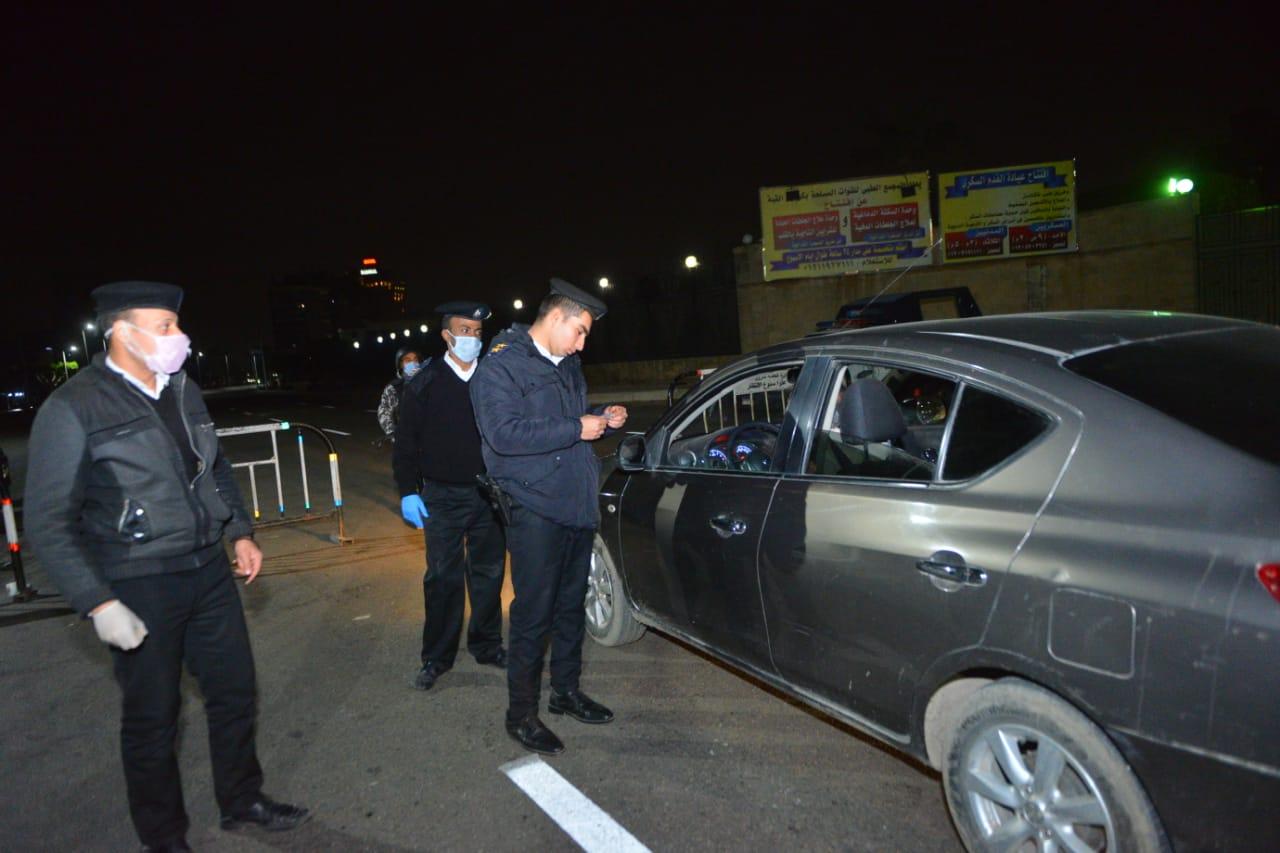 الشرطة تفحص ثبوتيات المارة