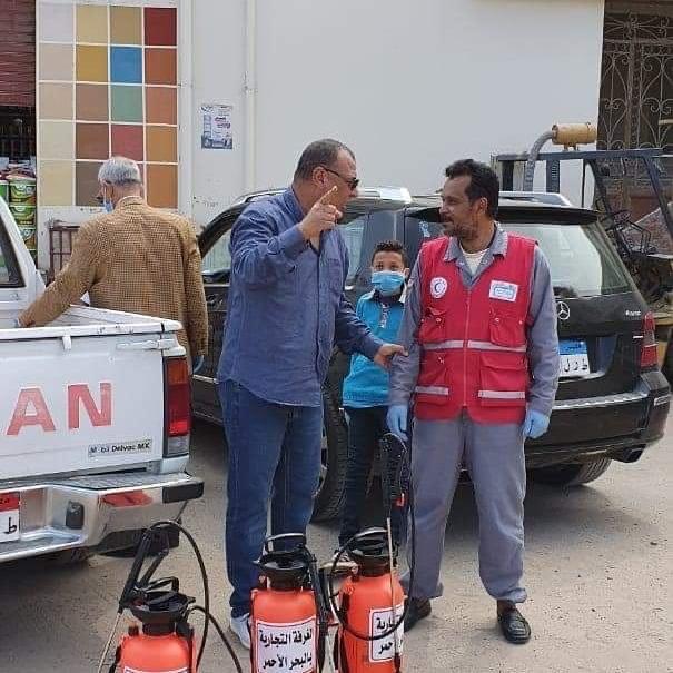 فرق من المتطوعين لتعقيم شوارع الغردقة (5)