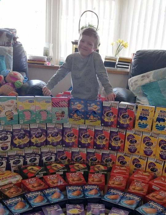 طفل يتبرع ب 70 بيضة من الشيكولاته للأطباء والممرضات