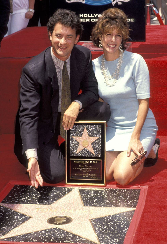 توم هانكس يكشف عن نجمته بممشي المشاهير عام 1992