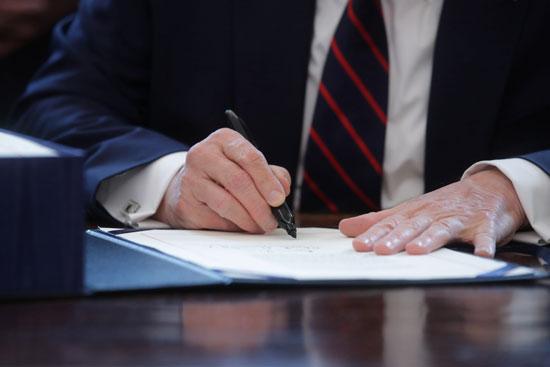توقيع ترامب على المساعدات