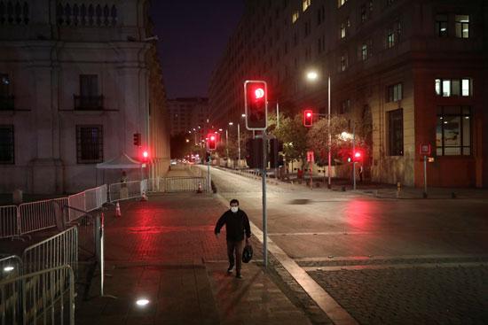 رجل يسير بمفرده