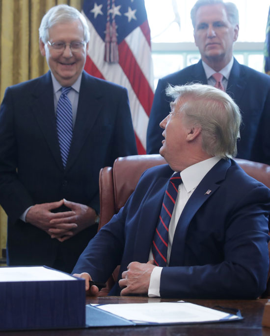 ترامب فى حوار مع معاونيه