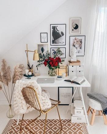مكتب أبيض وبطانية صوف