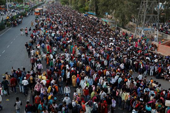 عمال مهاجرين فى محطة غازى آباد على مشارف نيودلهى