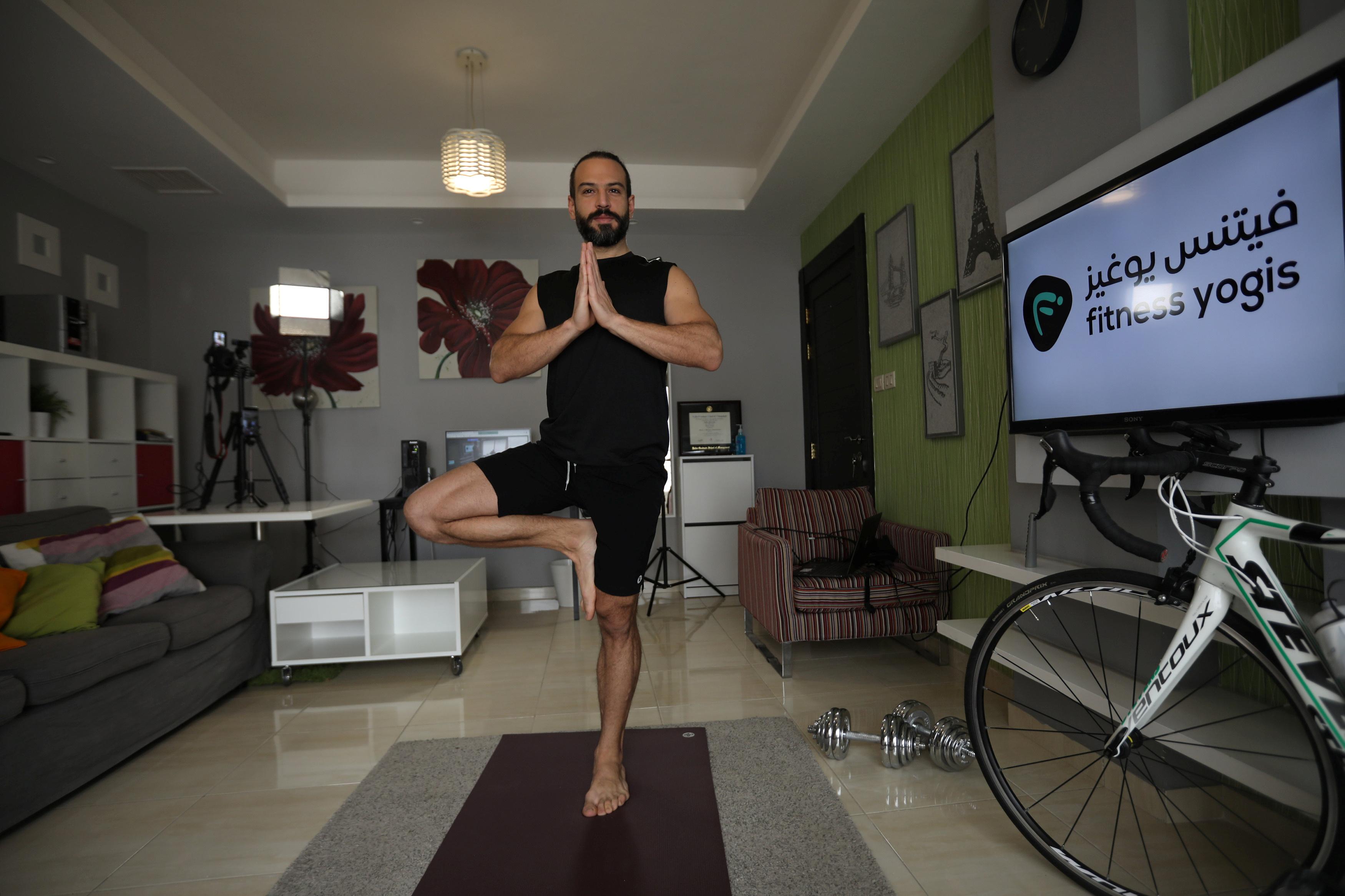 معلم اليوجا الأردني صلاح عميرة يبث مباشر من منزله خلال فترة حظر التجول