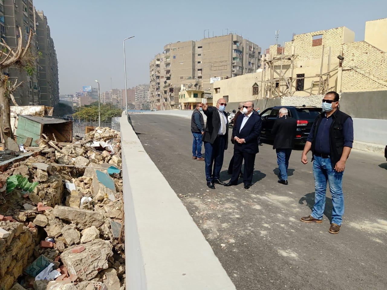 محافظ القاهرة ونائبه على محور روكسى رمسيس