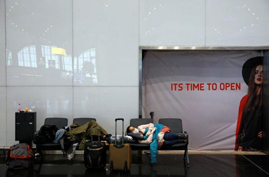 فتاة تنام بمطار اسطنبول