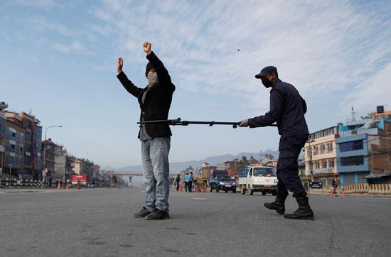 ضابط شرطة يلقى القبض على مواطن تحدى الحظر