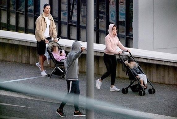 رونالدو يتنزه مع عائلته (3)