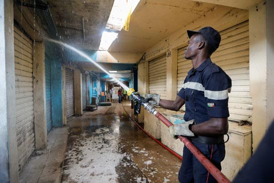يقوم رجال الإطفاء برش المياه لتنظيف السوق التي تم إغلاقها للجمهور وسط تفشي مرض الفيروس