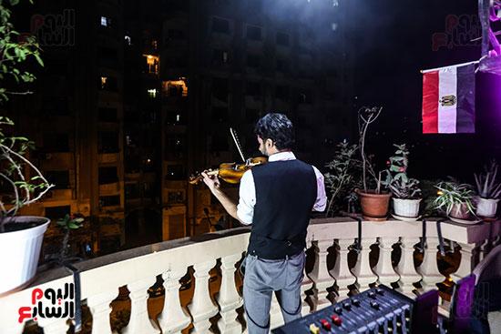 الفنان محمد عادل اثناء حفل البلكونه