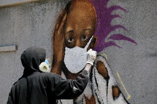 جداريات  لتشجيع الناس على حماية أنفسهم وسط تفشى مرض فيروس كورونا