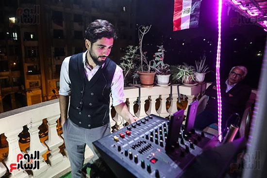 العازف محمد عادل يستعد لبدء الحفله