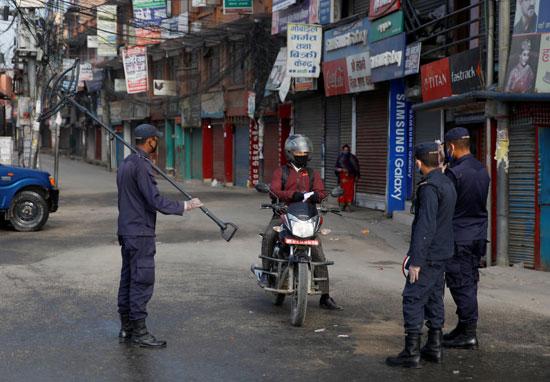 شرطة نيبال تستجوب مواطن تحدى الحظر