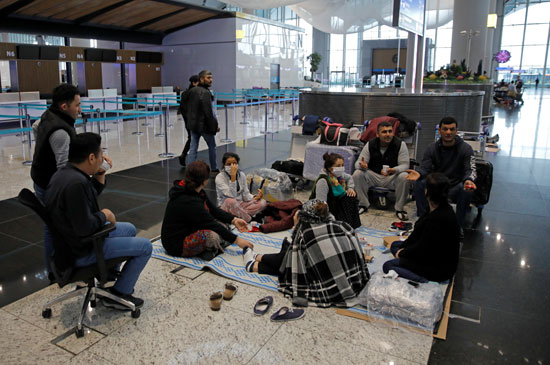 عدد من السياح يفترشون الأرض بمطار اسطنبول