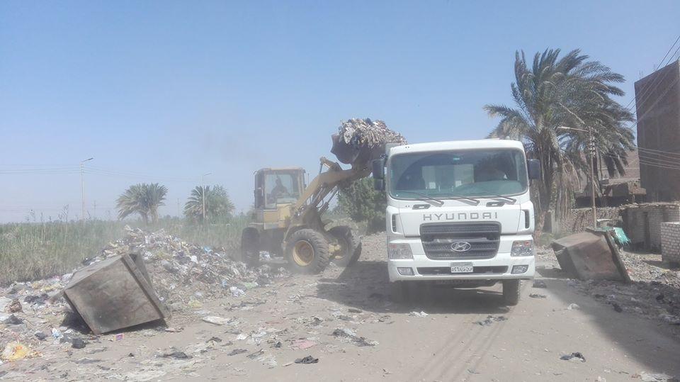 ازالة كميات من القمامة بشوارع إسنا