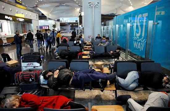 السائحين يفترشون مطار اسطنبول
