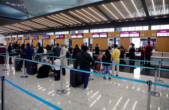 اصطفاف عدد كبير من الركاب بمطار اسطنبول