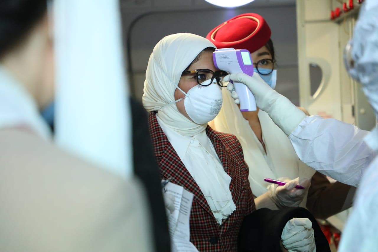 صور.. وزيرة الصحة تخضع للحجر الصحى بمطار بكين.. وتتسلم وثائق ...