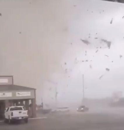 اعصار في مدينة امريكية