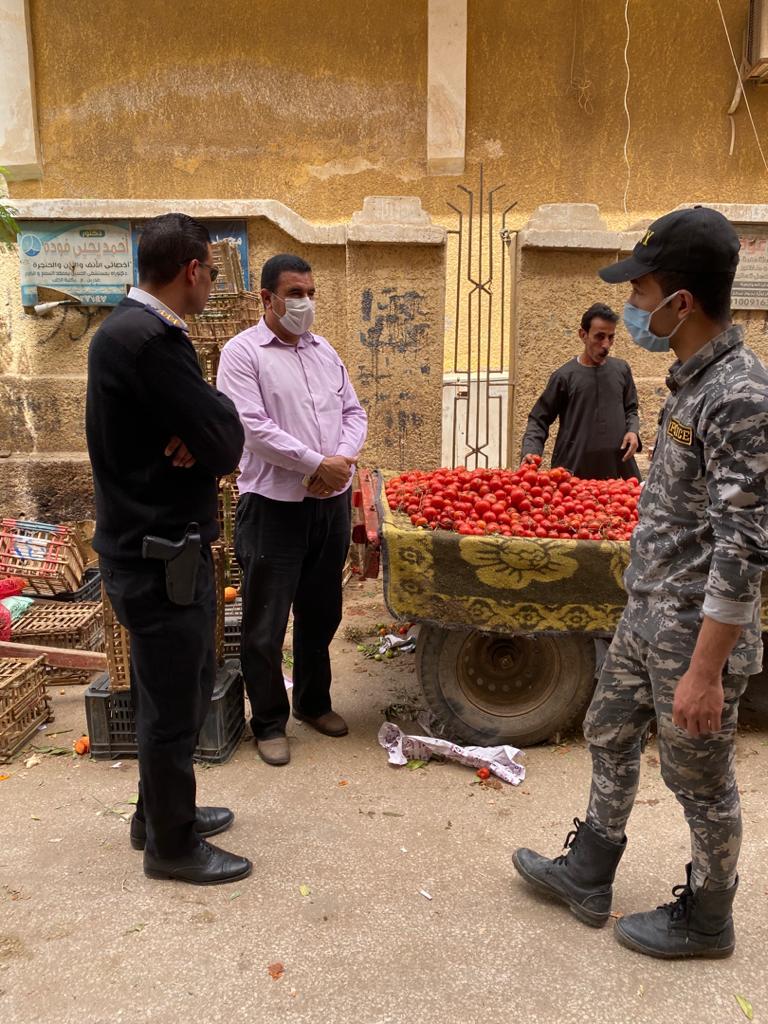 شرطة تساهم في رفع سوق الخضار بالخانكة
