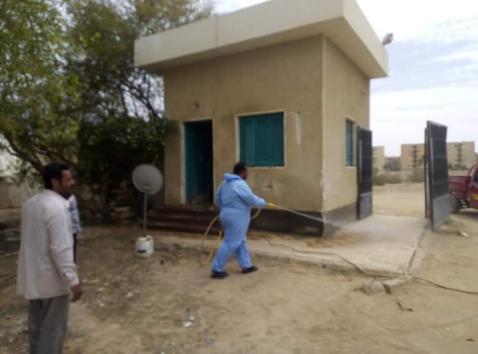 رش وتعقيم محطات تنقية مياه الشرب بمدينة الخارجة  (1)