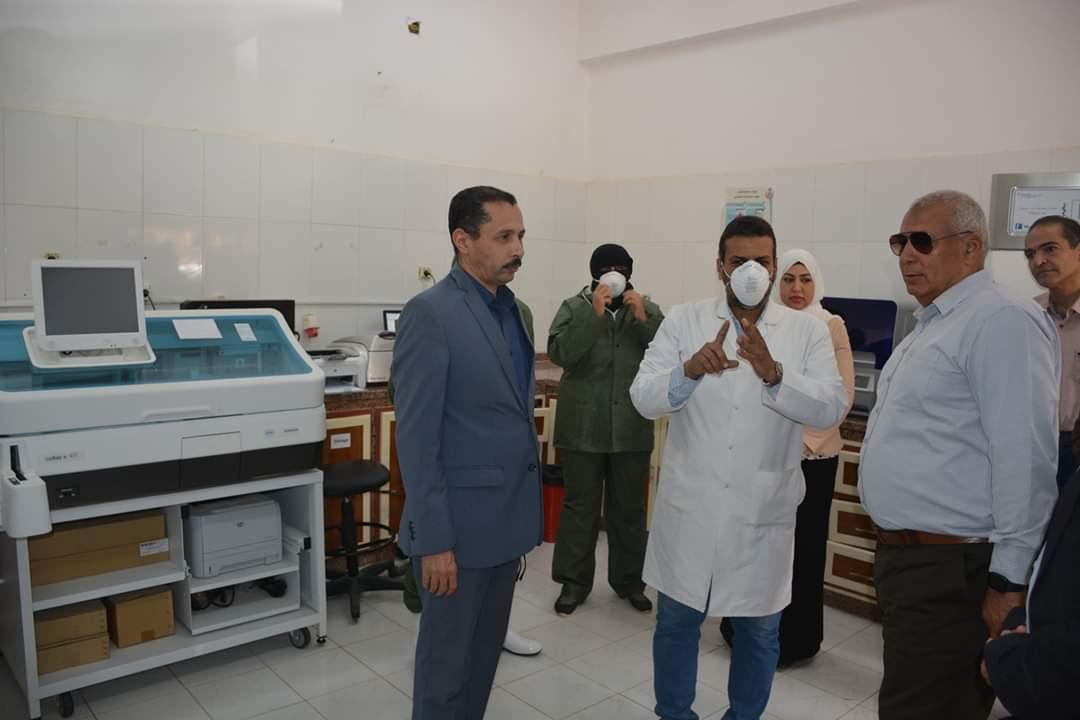محافظ الوادى الجديد يتفقد تركيب كابين الامان بمستشفى الحميات  (9)