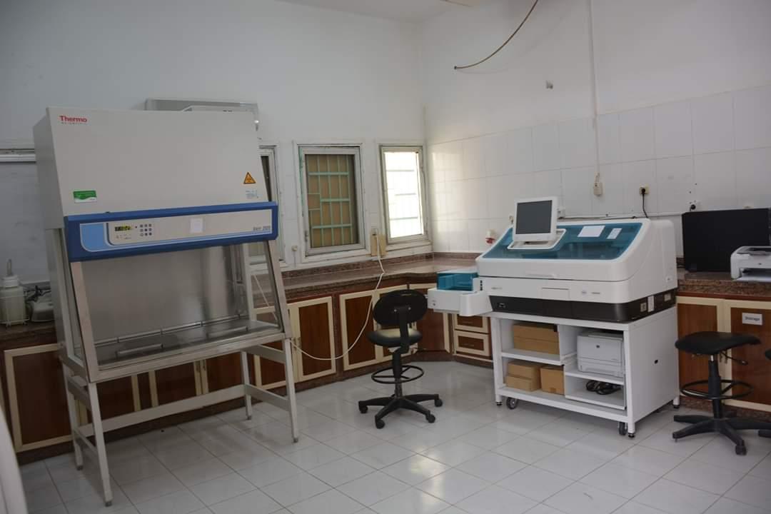 محافظ الوادى الجديد يتفقد تركيب كابين الامان بمستشفى الحميات  (8)