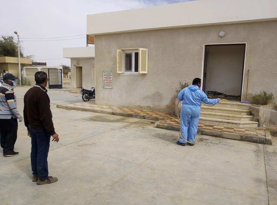رش وتعقيم محطات تنقية مياه الشرب بمدينة الخارجة  (3)