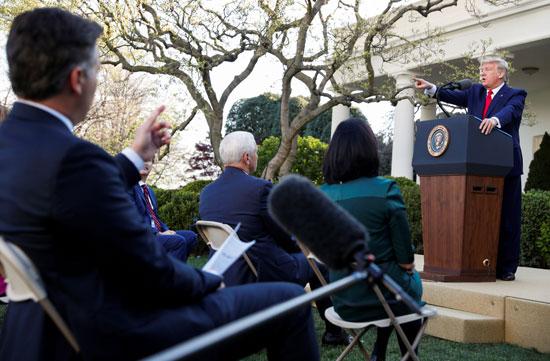 يشير-الرئيس-الأمريكي-دونالد-ترامب-إلى-صحفي-آخر-لطرح-سؤال-بعد-التبادل-مع-كبير-مراسلي-البيت-الأبيض-جيم-أكوستا