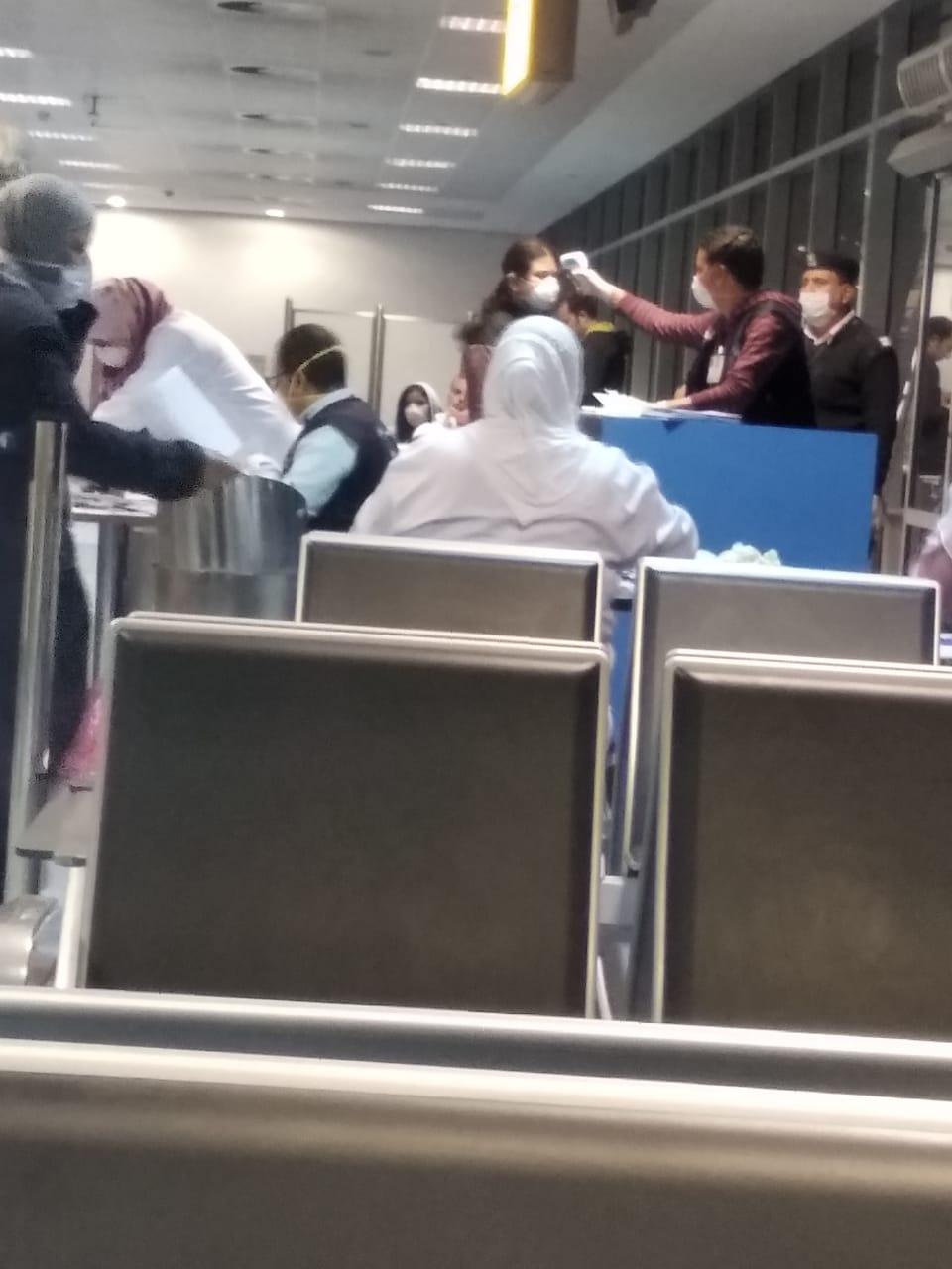وصول المصريين العالقين فى لندن بسبب فيروس كورونا إلى مطار القاهرة (1)