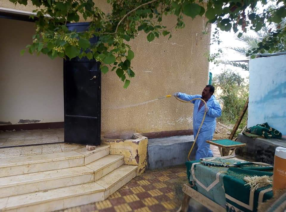 رش وتعقيم محطات تنقية مياه الشرب بمدينة الخارجة  (4)