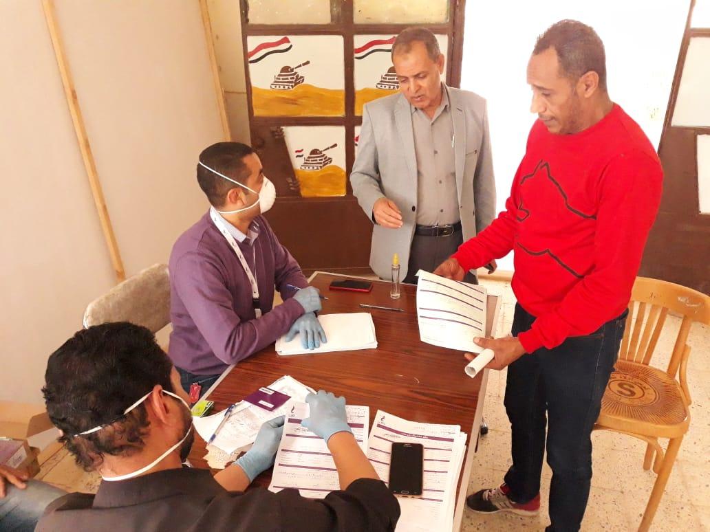 تجهيز مدرسة لصرف المعاشات وتسليم شرائح التابلت (4)