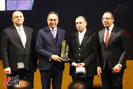 الدكتور هاني سري الدين رئيس مكتب سري الدين وشركاه يتسلم جائزة احتفالية bt100