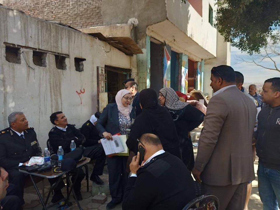 نائب محافظ القاهرة تشرف على أعمال النقل والتسكين (1)