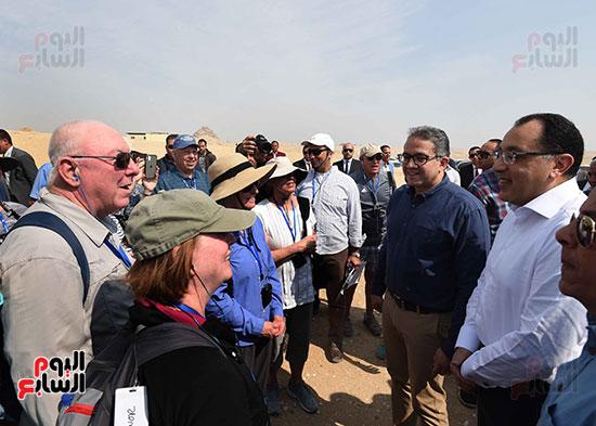 رئيس الوزراء يتحدث إلى السائحين