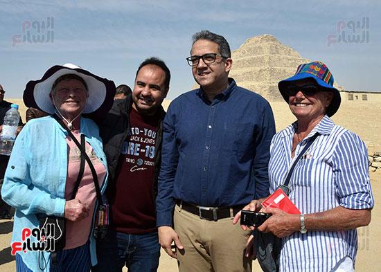 وزير الساحة والأثار يلتقط الصور التذكارية مع السياح