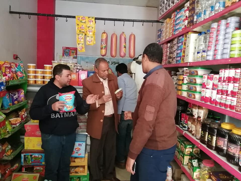 رئيس مدينة الطود يقود حملة تموينية على المحلات التجارية والبقالة (2)