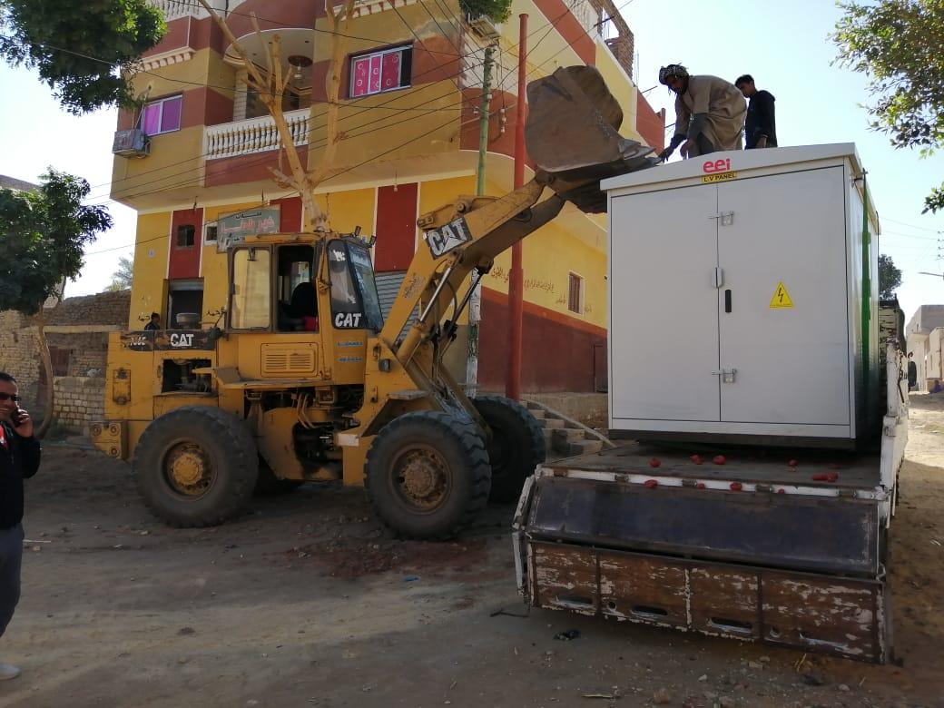 رئيس مدينة الطود يتابع تركيب أكشاك الكهرباء ورفع 15 طن مخلفات بالقرى (1)