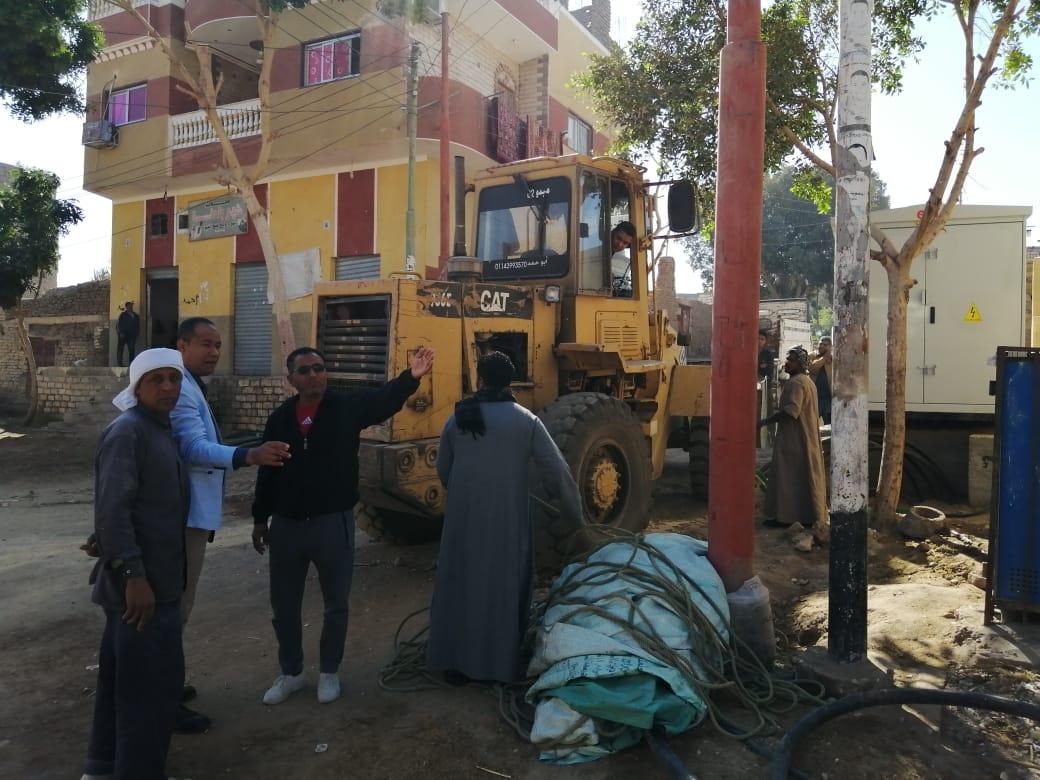 رئيس مدينة الطود يتابع تركيب أكشاك الكهرباء ورفع 15 طن مخلفات بالقرى (2)