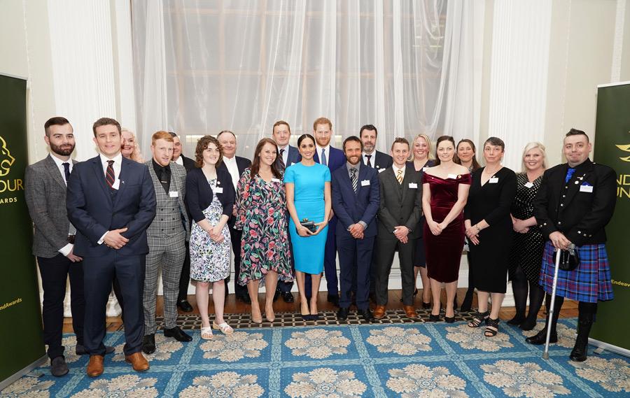 هارى وميجان مع المشاركين حفل توزيع جوائز صندوق إنديفور السنوى