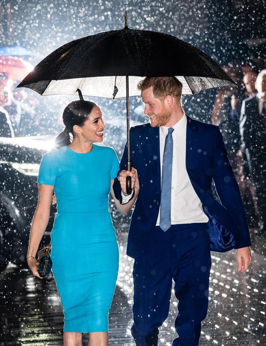 هارى يحمى ميجان من أمطار لندن بالمظلة