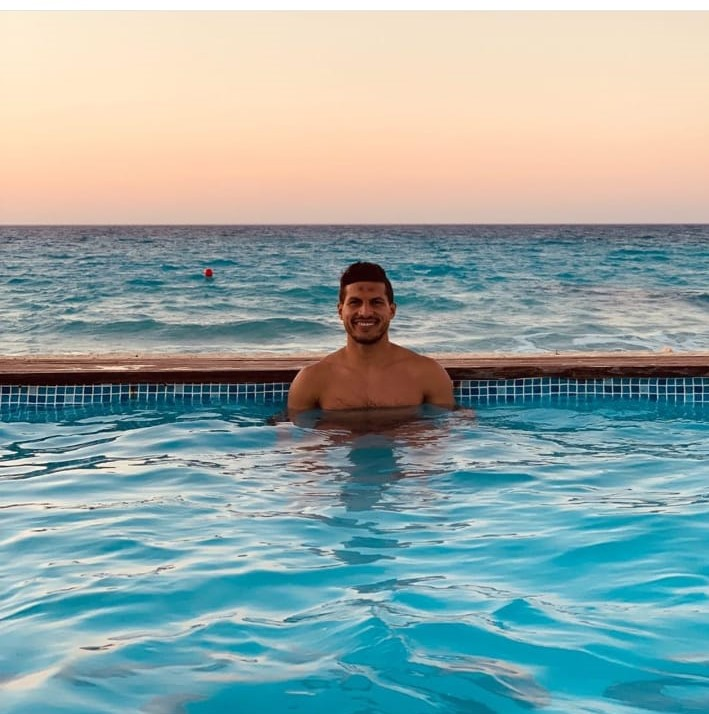 طارق حامد  فى حمام السباحة