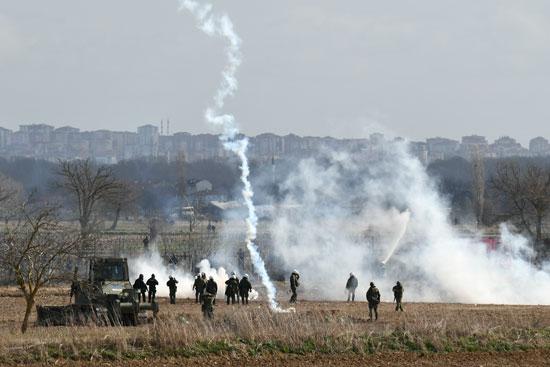 الشرطة اليونانية توجه قنابل مسيلة للدموع للمهاجرين