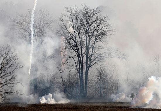 الغاز المسيل يغطى السماء