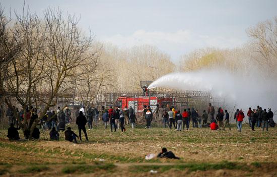 تظهر غيوم من الغاز المسيل للدموع بالقرب من معبر بازاركولي الحدودي في تركيا