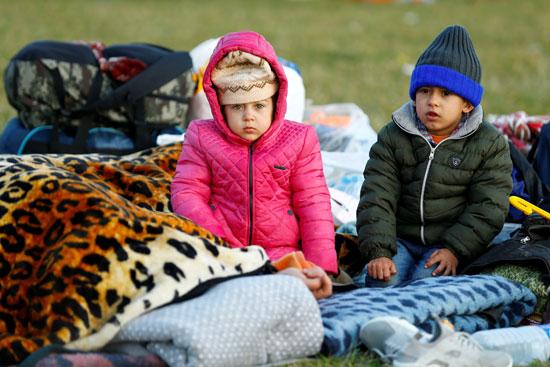 أطفال مع أسرهم المهاجرين